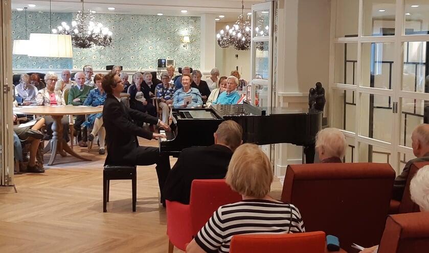 Concertpianist Tobias Borsboom trad afgelopen zondag op in Woonzorgcentrum Adegeest. Foto: De Toonzetter