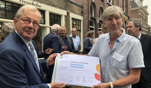 De certificaten worden door Cees Bijloos overgedragen aan Hans Rasch, voorzitter van het museum Voorschoten  © VSK