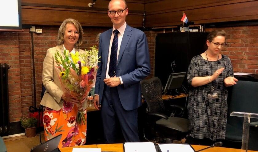 Bloemen van de raad voor burgemeester Pauline Bouvy-Koene. Zij wordt voorgedragen als kroonbenoemde burgemeester. Foto: VSK