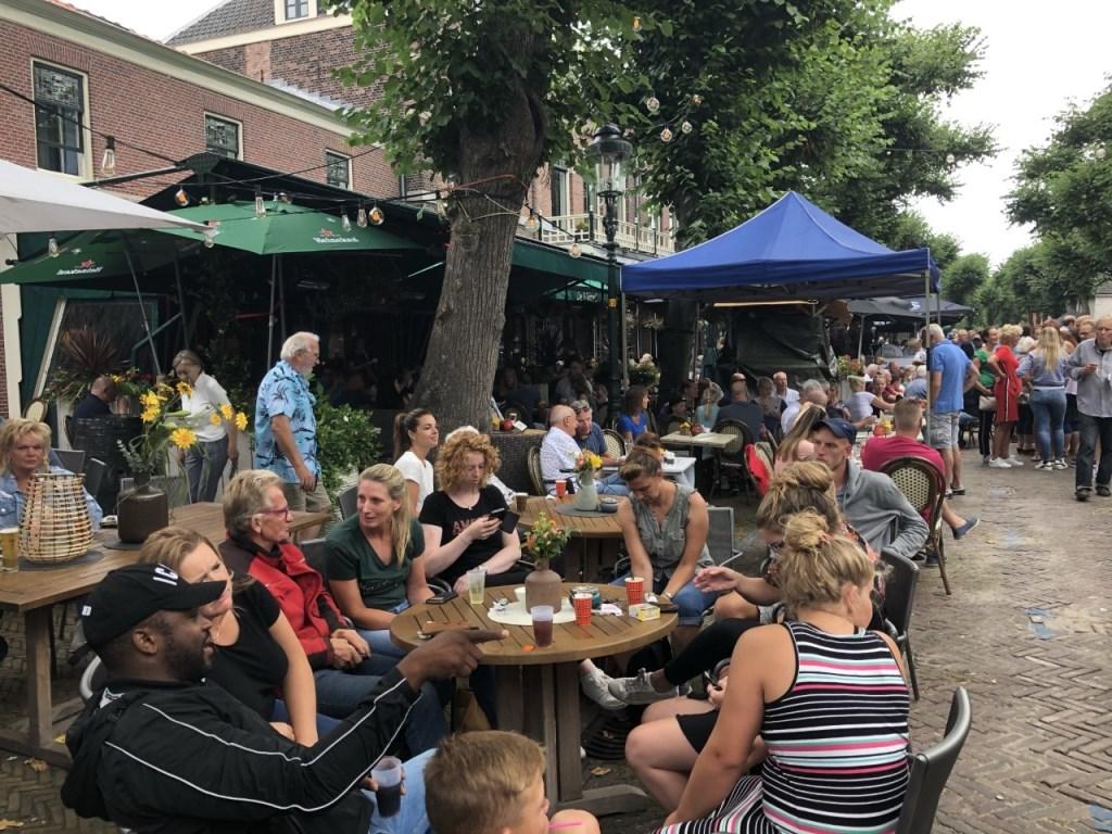 Gezellige volle terrassen op de Voorstraat Foto: Vsk © VSK