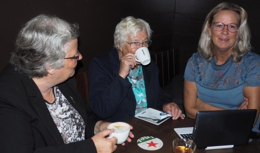 Wethouder Lamers (l) bezocht het Gebarencafé van Karin van Aken (r). Foto: Edith de Graaff