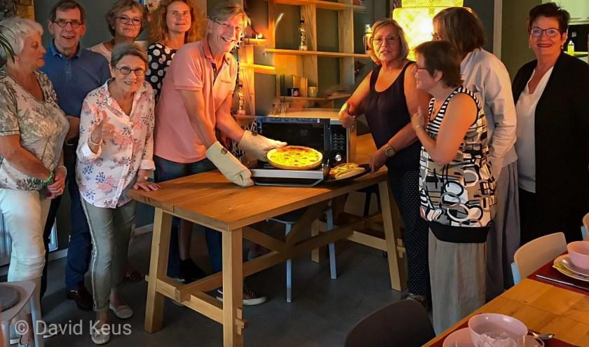 Op de foto Hans Rasch, Marleen Persoon ( voormalig Ons Voorschoten) met vrijwilligers van de Odensehuiskamer. Foto: PR