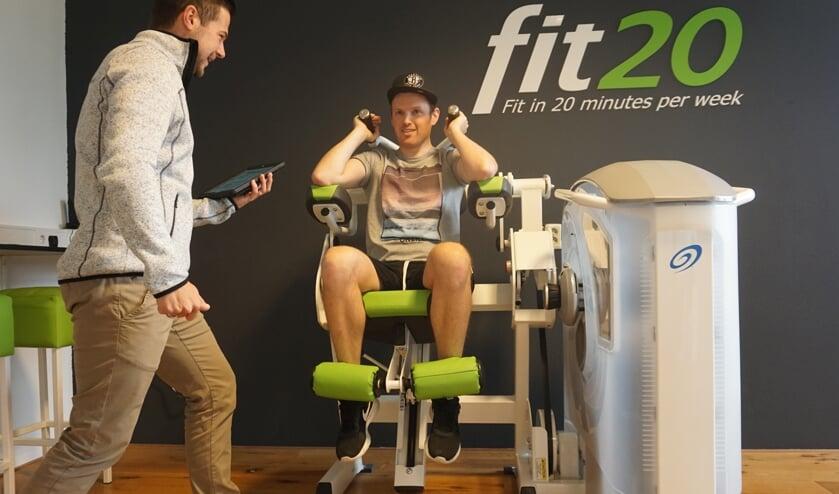 Rick Tolido wordt getraind door Jorick Voogel van fit20. Rick is razend enthousiast  over de vooruitgang die hij heeft geboekt. Foto: VSK