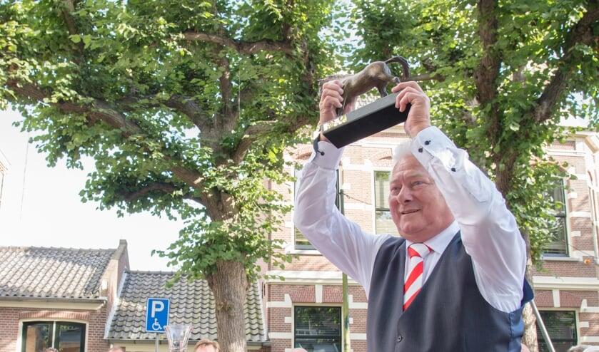 Kapper Jan Teske kreeg bij zijn jubileum Het Paard cadeau, hij is namelijk al tientallen jaren ook nog eens bestuurslid bij het Comité Paardenmarkt. 'Het beeld krijgt een mooie plek in de winkel!' Foto: Nelleke de Vries