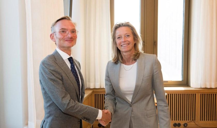 Felicitaties van minister Kajsa Ollongren voor Nanning Mol. Foto: Gemeente Laren facebook