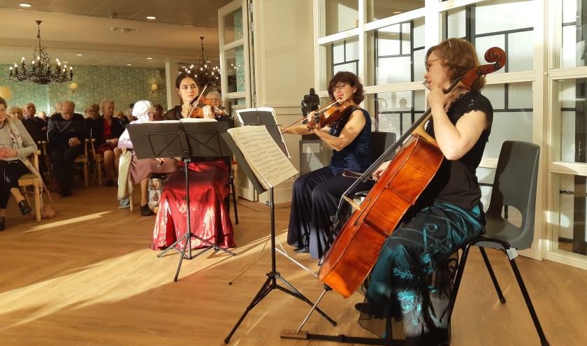 The Hague String Trio in een druk bezocht woonzorgcentrum Adegeest. Foto: De Toonzetter