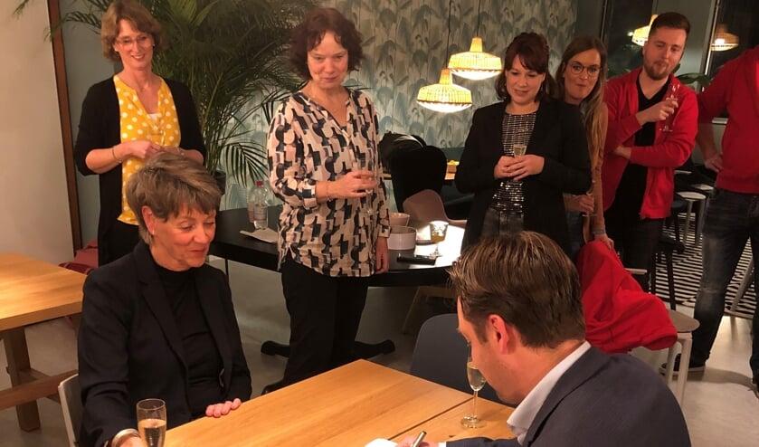 Wethouder Paul de Bruijn (Welzijn) en Ria van Vliet (directeur Voorschoten Voor Elkaar) tekenen samenwerkingsovereenkomst. Foto: gemeente Voorschoten