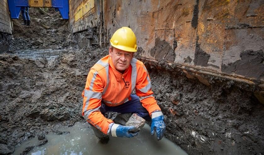 <p>Archeoloog Ivar Schute van RAAP bij de vondst </p>