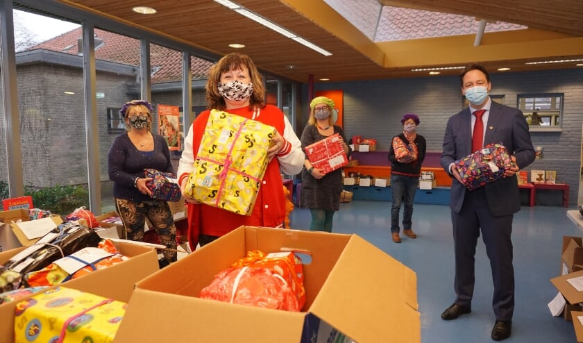 <p>Sandra en de medewerkers van Sintvoorieder1 kregen hulp van wethouder De Bruijn. Foto: VSK</p>