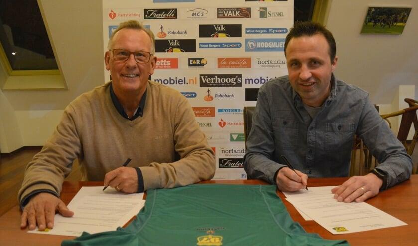 Links Hans Toor (sponsorcommissie Voorschoten'97) en sponsor Mathieu Hilgersom (Hilgersom Tekstproducties) zetten hun handtekening onder een zesjarig contract. Foto: V'97 atletiek