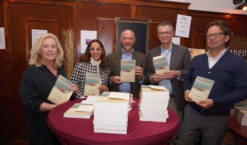 Schrijver Harm Klifman (midden) met zijn laatste boek Cicero leest Covey. Het boek staat op de longlist van managementboeken. Foto: VSK