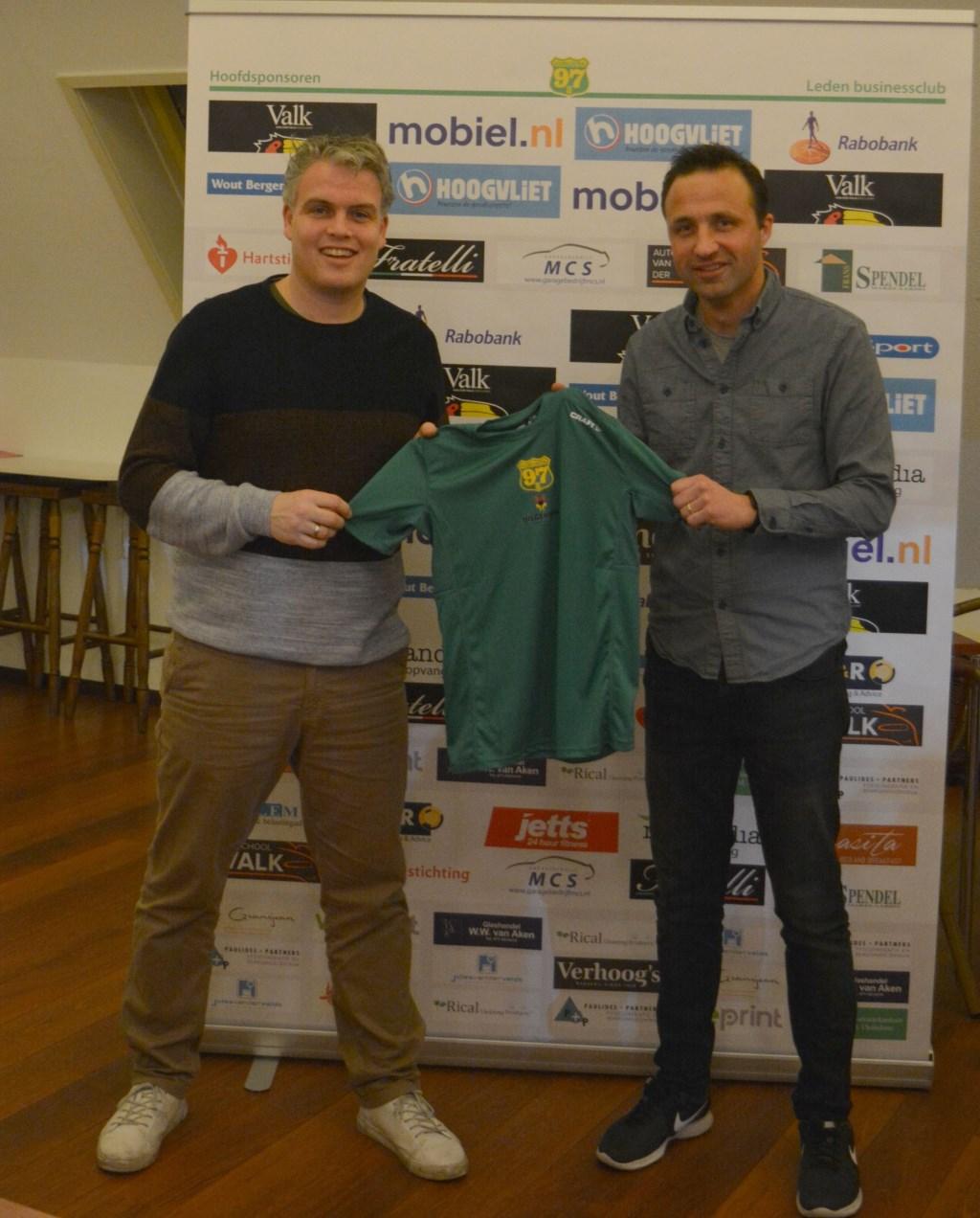 Matthijs Ferguson (interim-voorzitter Voorschoten'97 Atletiek) en sponsor Mathieu Hilgersom (Hilgersom Tekstproducties) tonen het nieuwe shirt.  © VSK