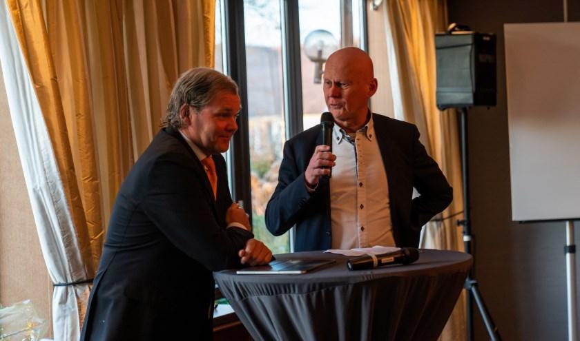 OVV-voorzitter Frank ten Have (r) informeert bij Marcus van der Valk naar diens plannen voor De Gouden Leeuw tijdens het bedrijfsbezoek van de ondernemersvereniging op 7 februari (Foto: Jasper Suijten)