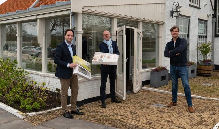 Locoburgemeester Paul de Bruijn(l) en OVV-voorzitter Frank ten Have (m) haalden donderdag 19 maart voor de eerste keer een maaltijd af bij Francis Borsje van Restaurant Allemansgeest (Foto Jasper Suijten)