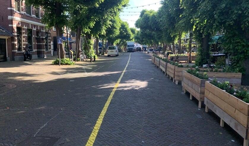 De Voorstraat is tijdelijk opnieuw ingericht. De terrassen krijgen meer ruimte. Fietsen mogen er niet meer geparkeerd worden. Foto: PR