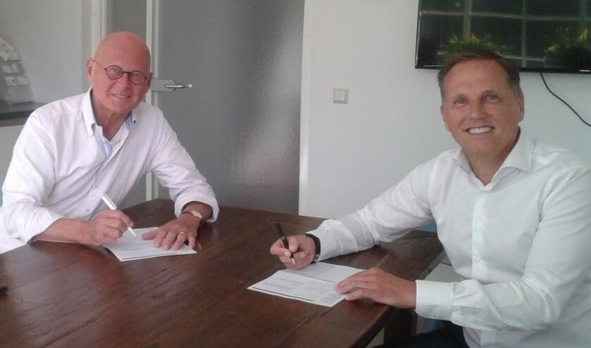Frank ten Have (l) draagt de voorzittershamer over aan Fred Snelderwaard.