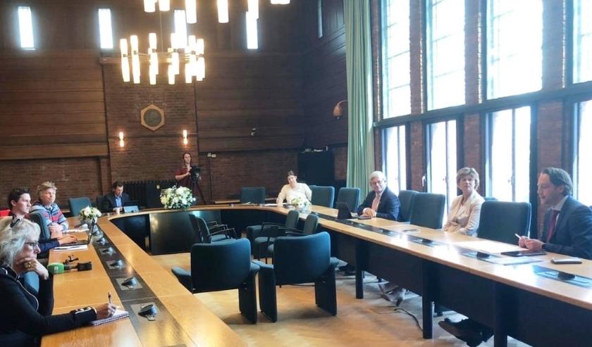 Vanwege de anderhalve meter afstand werd de persconferentie in de raadzaal van het gemeentehuis gehouden. Foto: VSK
