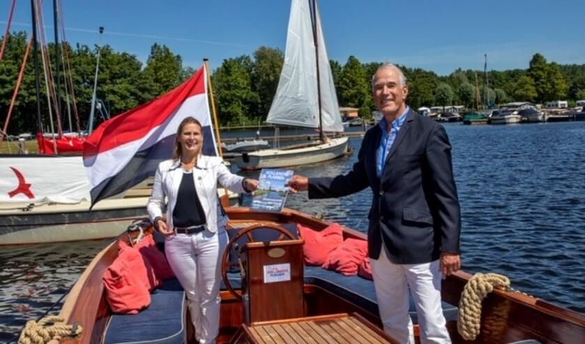 Gedeputeerde Jeannette Baljeu krijgt van de voorzitter van het Ondernemersplatform Hollandse Plassen, Bart Carpentier Alting, de eerste brochure. Foto: Charles Groeneveld