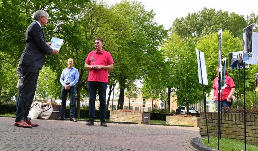 Burgemeester Visser van Katwijk neemt de handtekeningen en brieven in ontvangst. Foto's: René Zoetemelk