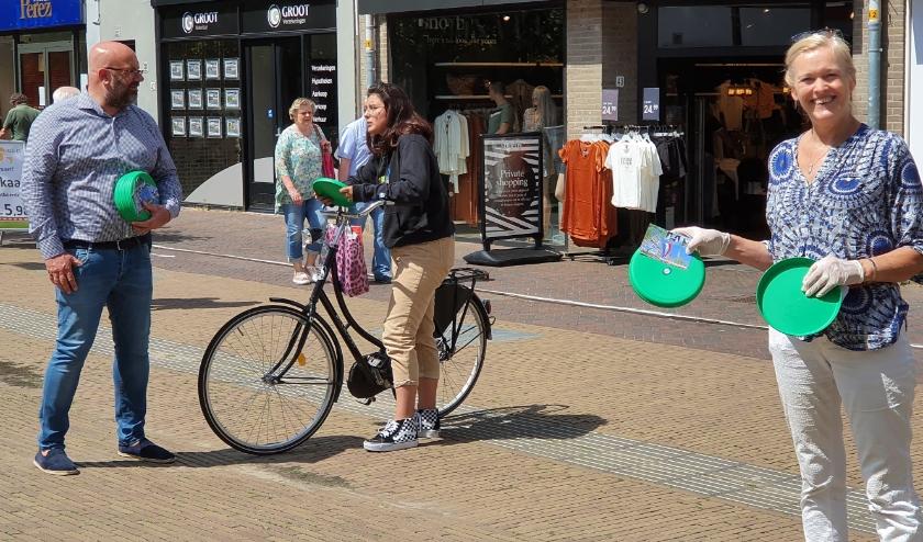 CDA'ers deelden afgelopen weekend frisbees uit, een ludiek cadeau voor alle vaders. Foto: CDA Voorschoten