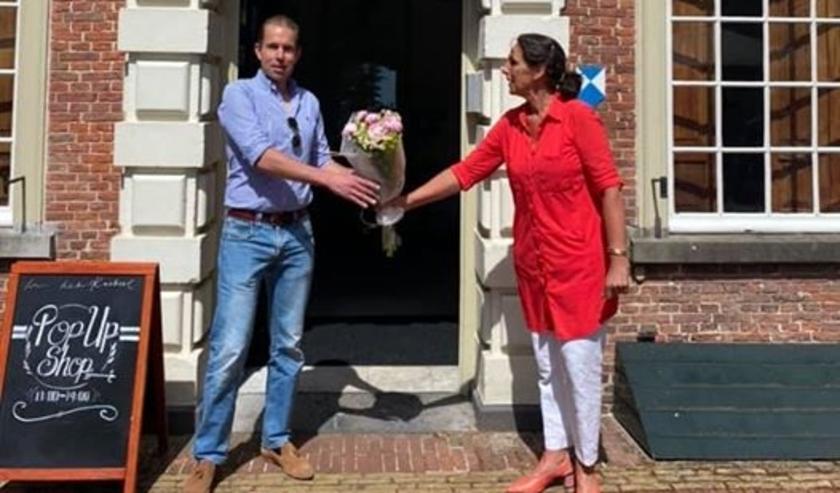 Bloemen voor eerste bezoeker Duivenvoorde. Foto: PR