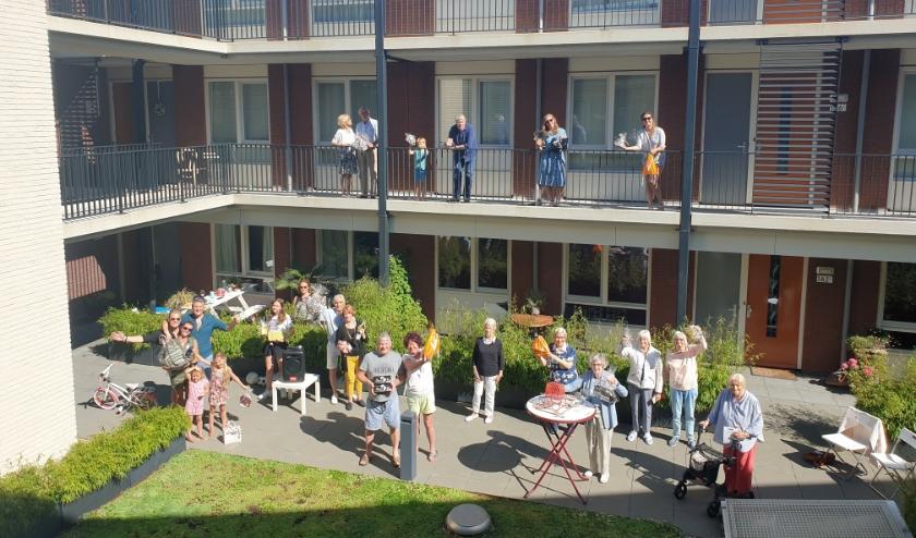 Met anderhalve meter afstand of op het balkon, de bewoners genoten van het laatste coronafeestje, georganiseerd door de buren Martijn, Robert en Denise. Foto: PR