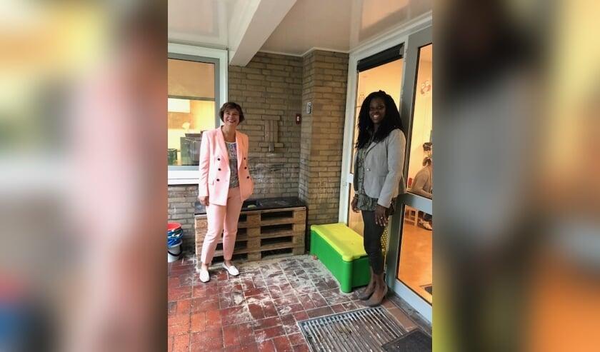Wethouder Erika Spil en Nancy Burleson, regiomanager bij Norlandia kinderopvang