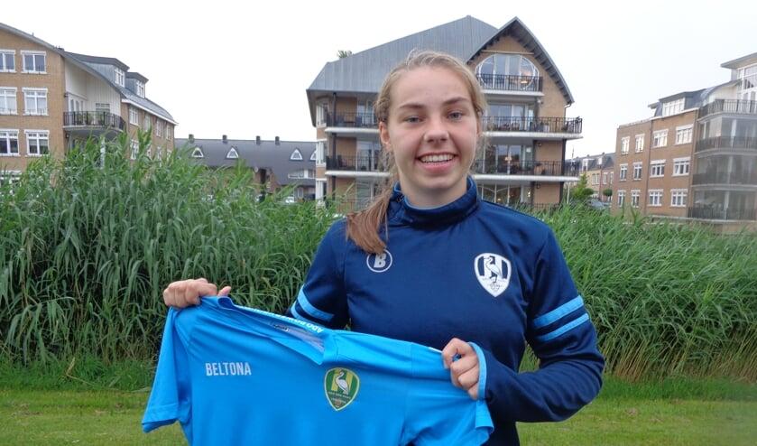 Maaike van Klink uit Voorschoten, met het shirt waar zij komend seizoen mee onder de lat bij ADO zal staan. Foto: Hans Douw
