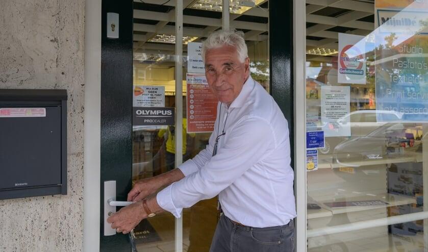 Hans van den Boogaardt sloot vanmiddag voor het laatst de deuren van zijn fotowinkel. Foto's Nelleke de Vries