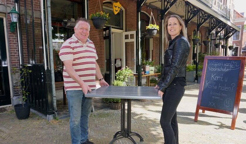 Schuiven met de tafels. Het was nog een heel gepuzzel voor Paul Bruijnzeels van La Casita en Mariette Mol van Het Wapen. Foto: VSK