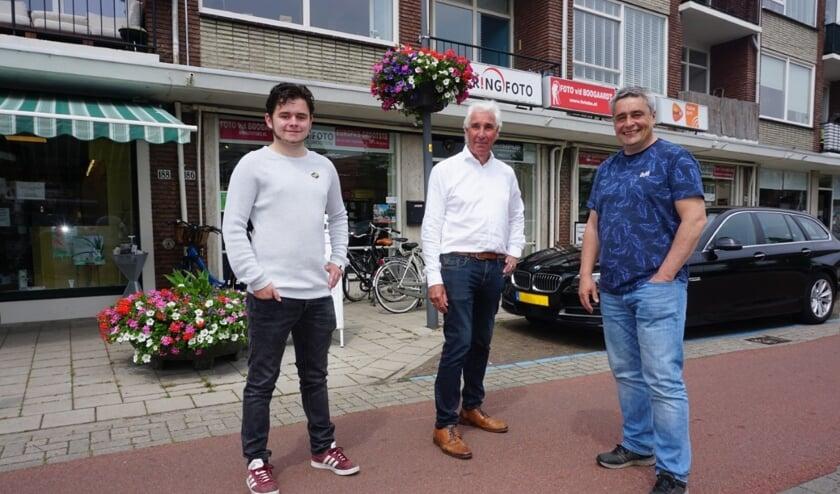 Vader en zoon Jules (r) en Stan Perel nemen de fotowinkel van Hans van den Boogaardt (m) over. Mijn iDé Foto gaat op 1 september open. Foto: VSK