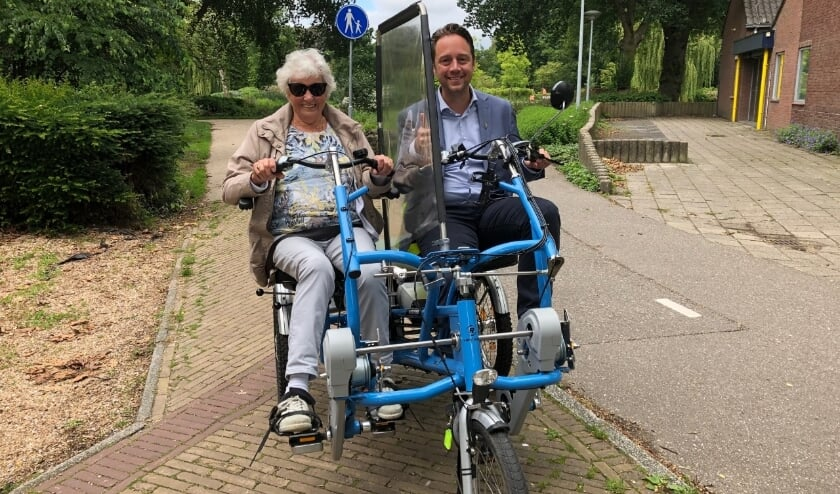 Wethouder Paul de Bruijn maakte als fietsmaatje een tocht met de 92-jarige Nel Hooymans. Foto's: VSK