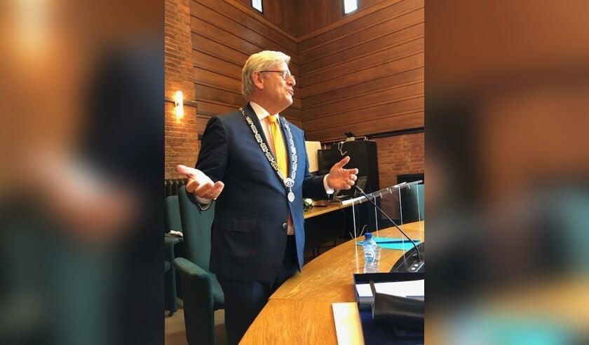 Waarnemend burgemeester Aptroot sprak de gedecoreerden toe. Foto: Gemeente Voorschoten