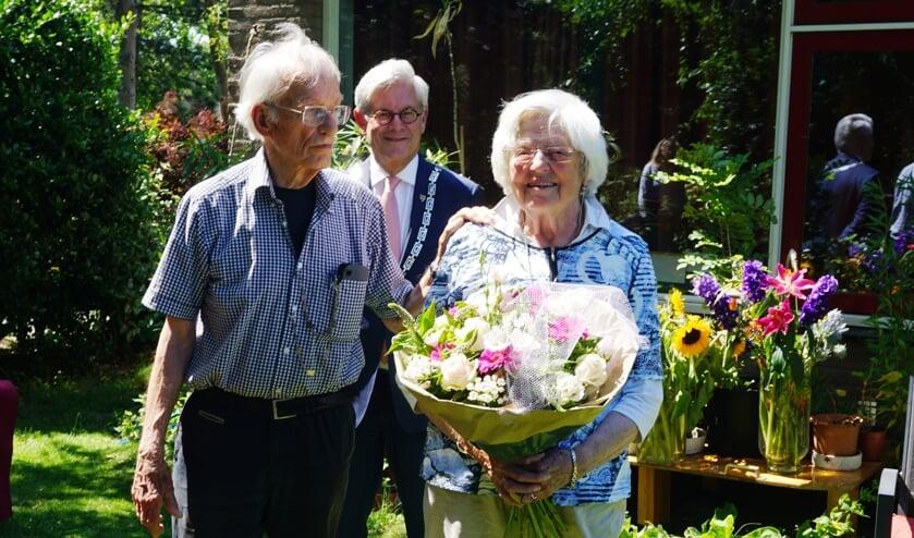 Het echtpaar Nieuwenhuijs was 65 jaar getrouwd. Burgemeester Aptroot kwam feliciteren. Foto: VSK
