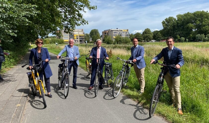 Het voltallige college stapte op de fiets voor een rondje Voorschoten. Foto: Gemeente Voorschoten