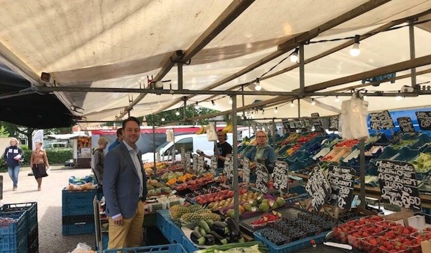 Wethouder Paul de Bruijn ging op bezoek bij de ondernemers van de markt. Foto: gemeente Voorschoten