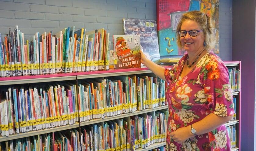 In de bibliotheek is deze zomer heel wat te doen. Zo organiseert Hanneke de Waal onder andere de vakantiestraat. Foto: VSK
