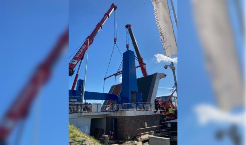Afgelopen vrijdag werd de nieuwe val van de brug op zijn plek gehesen. Foto: gemeente Leiden