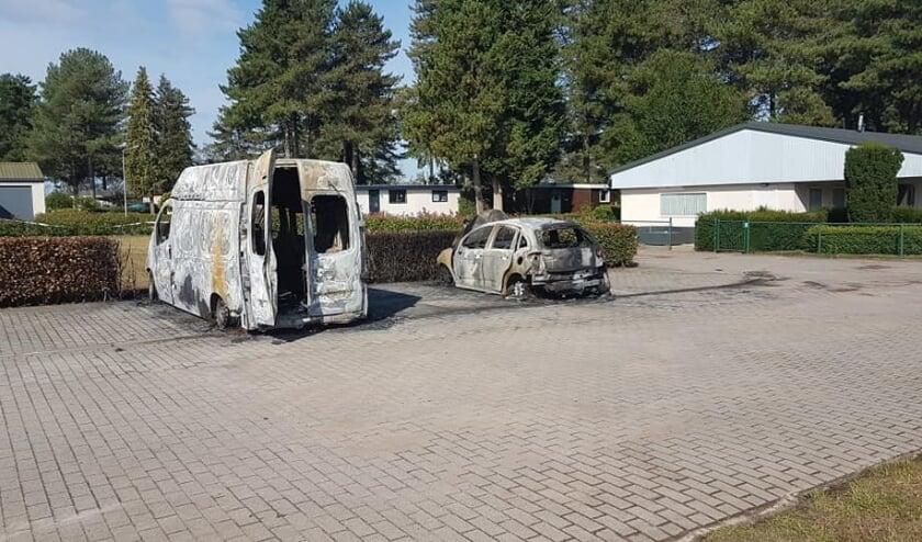Naast de bus van Ed Citroen brandde ook een personenwagen uit. Foto: Ed Citroen Facebook
