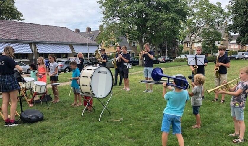 Zelf op een trompet, trombone of saxofoon spelen. De kinderen van de Vakantiestraat deden het en genoten. Foto's: Bibliotheek Voorschoten