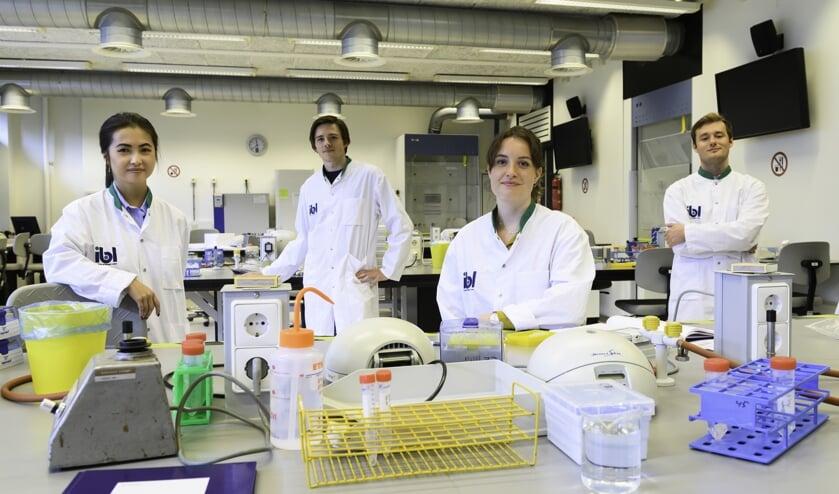 <p>Amber Schonk (in het midden) met drie van haar medestudenten van het team dat de testmethode Rapidemic heeft ontwikkeld. </p>