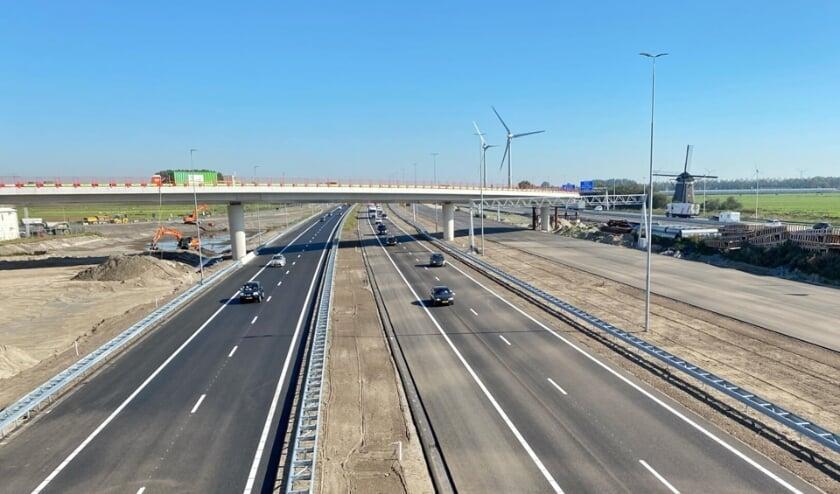 <p>Links de twee rijstroken parallelbaan, daarnaast de twee rijstroken hoofdrijbaan (richting Den Haag). </p>