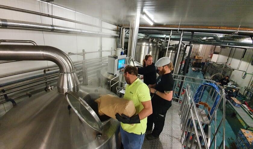 <p>Sander Rooijakkers (met gele shirt) in actie voor het speciale ALS-bier. &#39;een uniek bier met een mooie balans tussen bitter en zoet&#39;. Foto: PR </p>