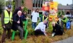 Wethouder en Rotary planten tulpenbollen op Wereld Polio Dag