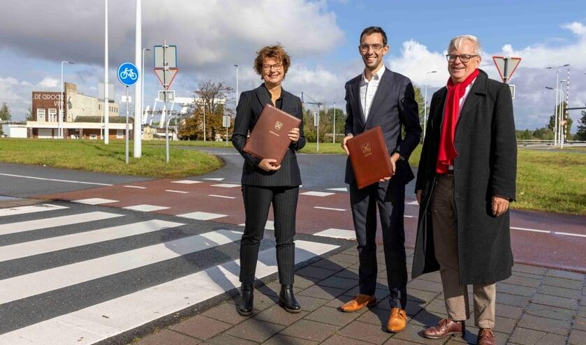 <p>Vlnr Wethouder Erika Spil van Voorschoten, Ashley North, wethouder Leiden en wethouder Marcel Cramwinckel van Voorschoten bij het Kruispunt De Groote Vink</p>