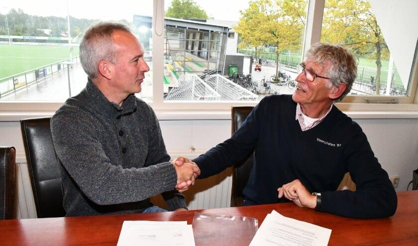 <p>Martijn Anker van Paulides + Partners (links) en Pieter van Dijken na het tekenen van de overeenkomst. </p>