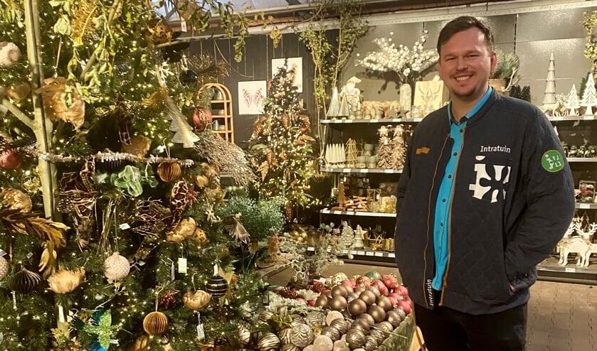 <p>Bedrijfsleider Ramon van Rooijen van Intratuin is trots op de Kerstmarkt in de winkel.&nbsp;</p>