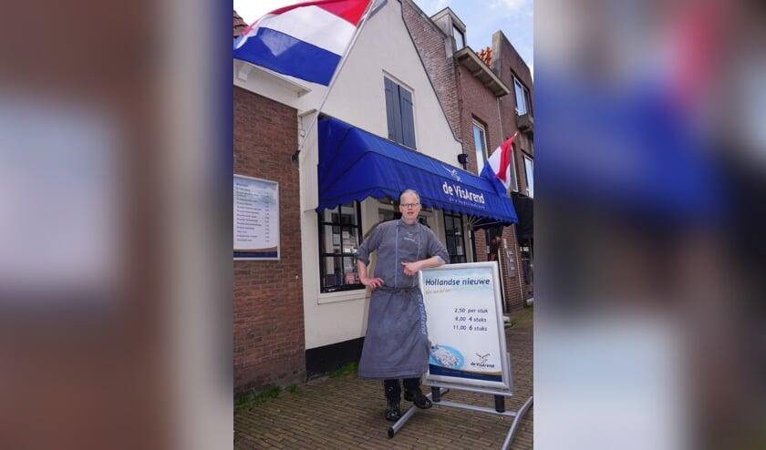 <p>Viskenner en liefhebber Arend de Jong kijkt zelf ook uit naar de Hollandse Nieuwe, op 16 juni is het zo ver, dan kunnen we er weer van genieten. Foto: Vsk</p>