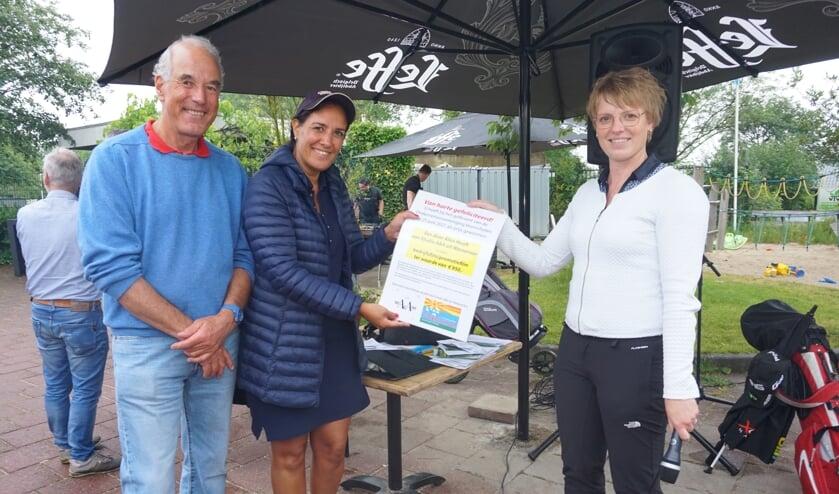 <p>Bart Carpentier Alting (Recreatiecentrum Vlietland) en Alice Hooft (Studio A&A) reiken het bewijs van de prijs van de golfwedstrijd tussen Voorschotense ondernemers (de productie van een korte bedrijfspromotiefilm) uit aan de winnaar: Alwine Kruisselbrink (AT Alwine Alexander Techniek). Foto&#39;s: VSK<br><br></p>