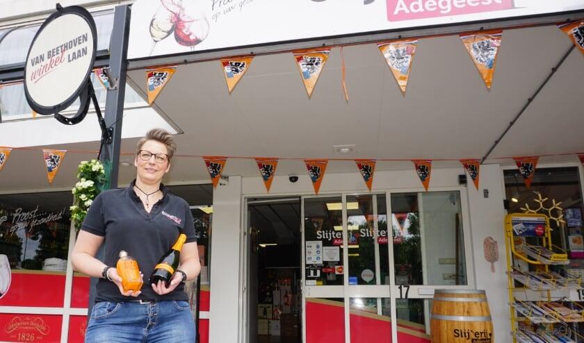 <p>Slijterij Adegeest heeft een groot aanbod oranje drankjes. Petra Smit weet er alles van</p>